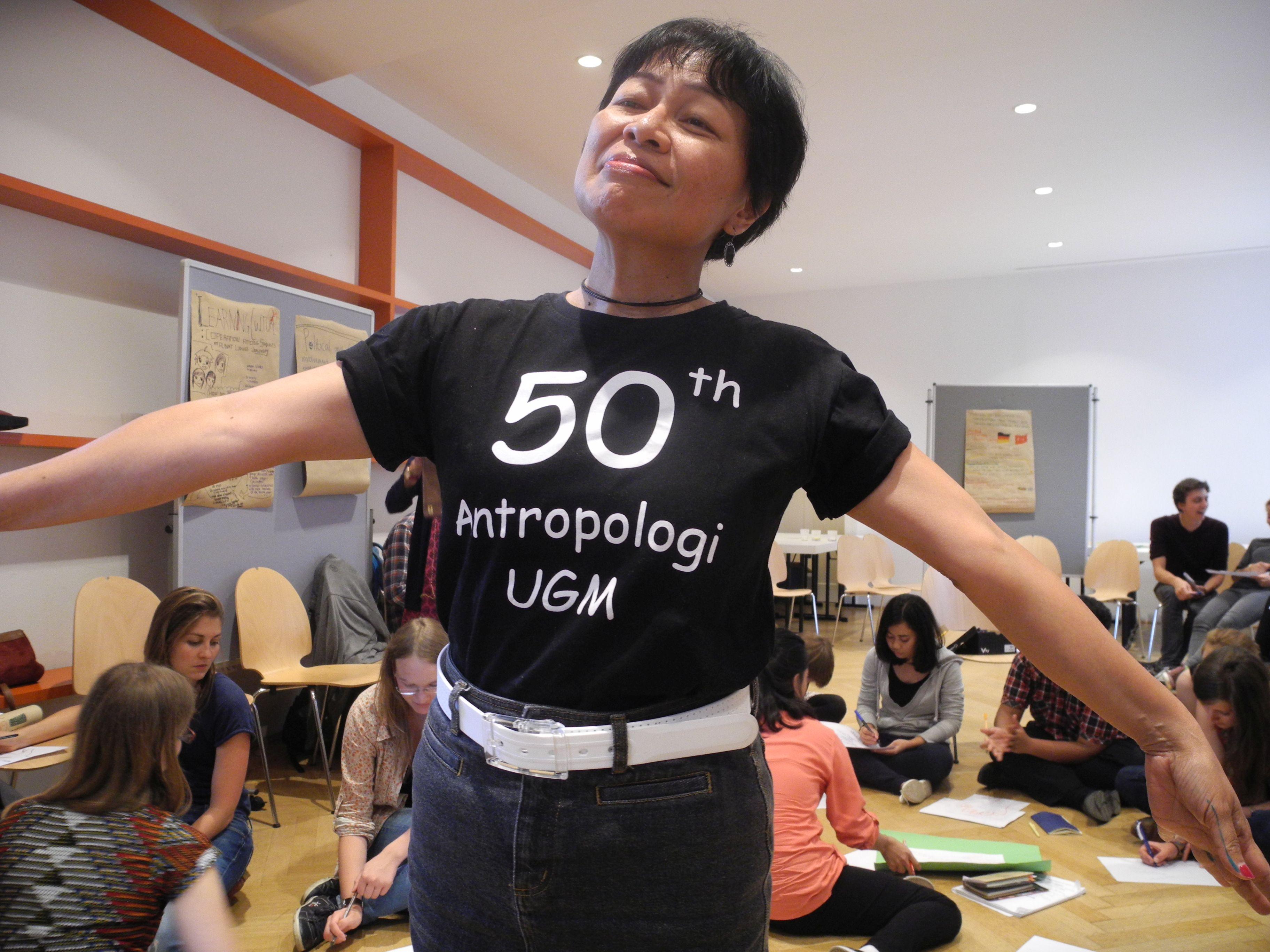 2 Wie in Freiburg 2015, so hatte 2014  in Yogya die Ethnologie ein 50jähriges Jubiläum gefeiert. Bu Anna zeigte das T-shirt beim 2. workshop.jpg
